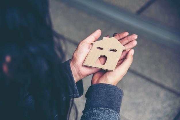 Huis in handen van daklozen armoede bedelaar man droom met zoet huis probeer geld te vragen baan en hoop hulp in hulpeloze vuile stad zittend op straat