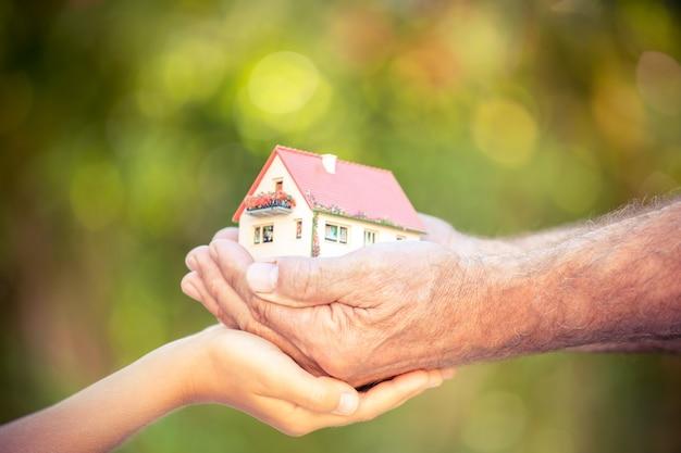 Huis in menselijke handen