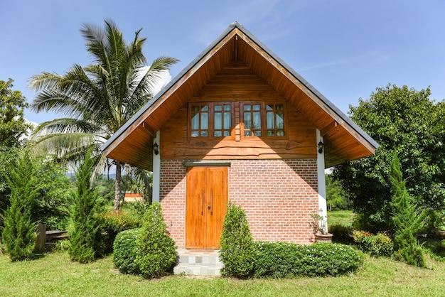 Huis in tuin met zomerdag