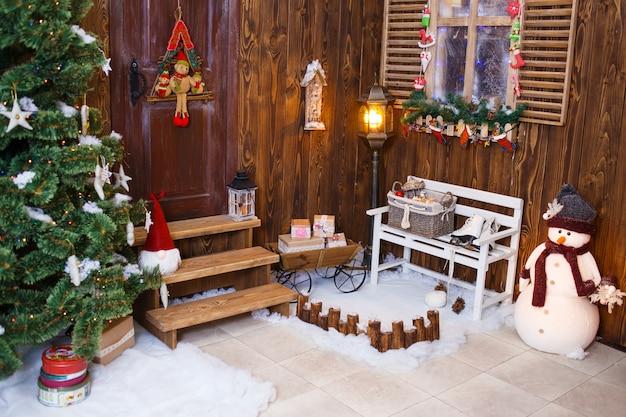 Huis ingericht en verlicht voor kerstmis, oudejaarsavond