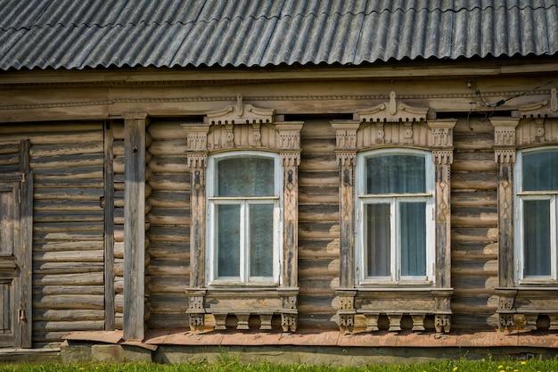 Huis met bewerkte houten ramen