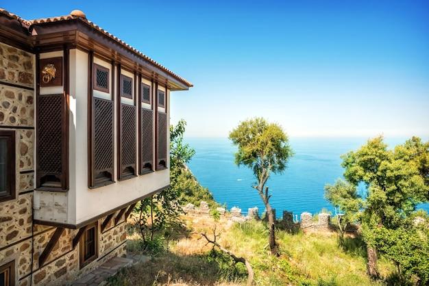 Huis met gesloten luiken met uitzicht op de middellandse zee in turkije in alanya op een zonnige dag