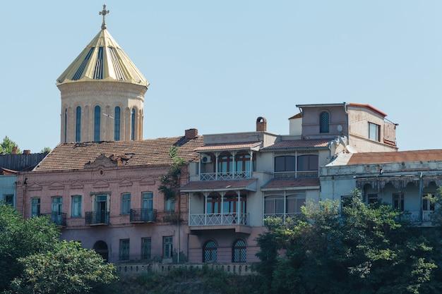 Huis met traditionele houten snijwerk balkon van de oude stad van tbilisi, georgië