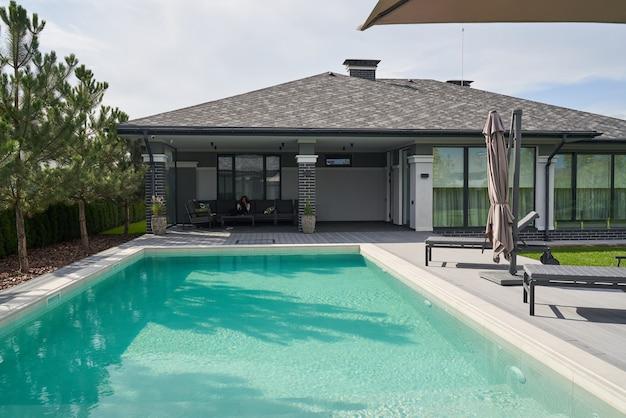 Huis of woningbouw exterieur en interieur met tropische zwembadvilla met groene tuin en slaapkamer. stock foto