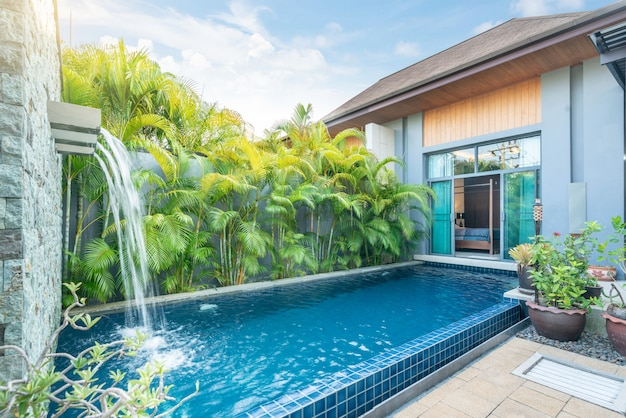 Huis- of woningbouw exterieur- en interieurontwerp met tropische zwembadvilla met groene tuin