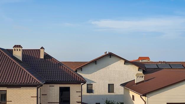 Huis op de achtergrond van de natuur. blauwe lucht. zomer landschap.