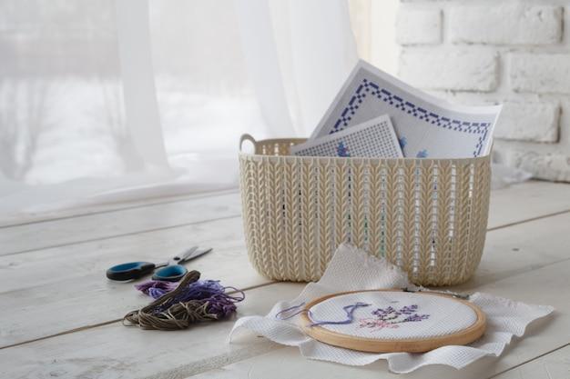 Huis organisatoren gekleurde manden met handgemaakte accessoires op whote tafel