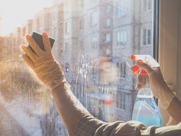 Huis schoonmaken. vuil wasmiddel voor vensterglas wassen in de winter.