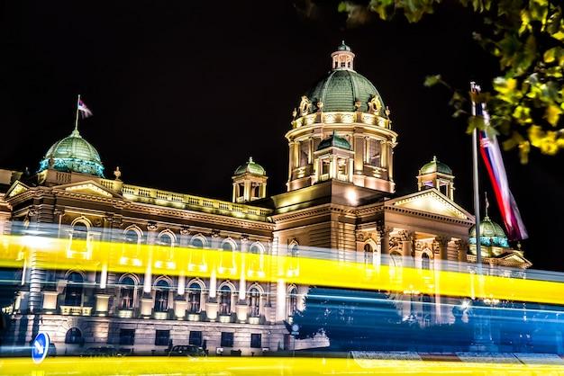 Huis van de nationale vergadering van servië 's nachts.