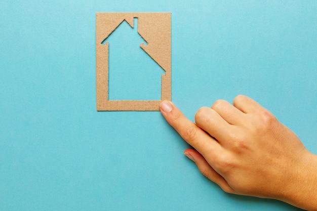 Huis van papier in de hand zakenvrouw. woninglening, gezinswoning
