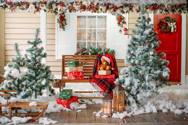 Huis veranda met kerstversiering