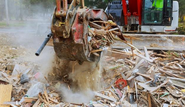 Huis vernietigde bakstenen, plakt bomen, puin balk natuurramp