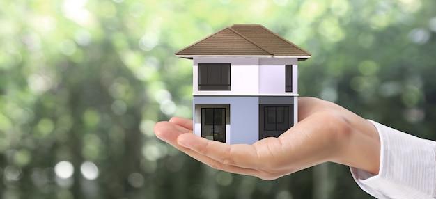 Huis woonstructuur in een hand, zakelijk huisidee