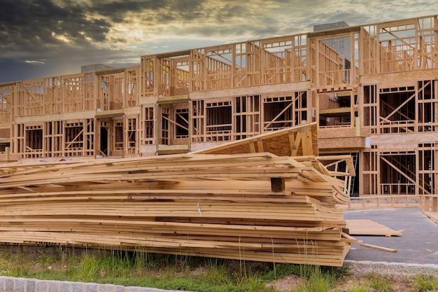 Huis zolder in aanbouw interieur binnen een frame muren balk gebouwd huis in aanbouw