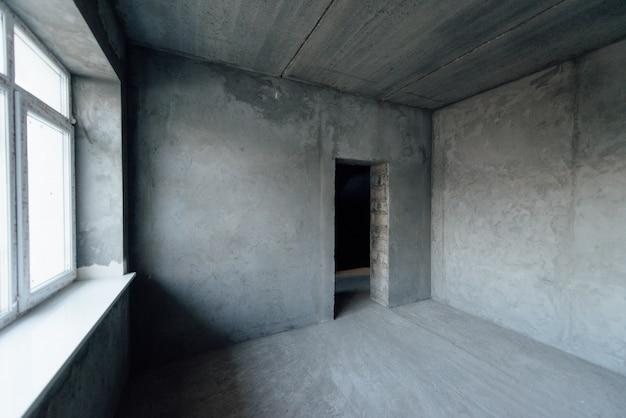 Huis zonder interieurdecoratie. reparatie, decoratie werkt