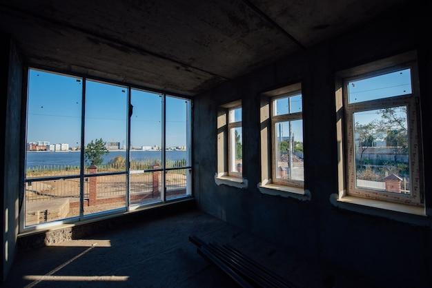 Huis zonder interieurdecoratie.