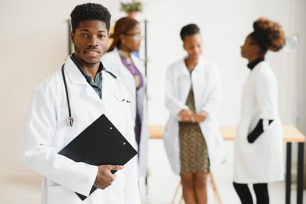 Huisarts en arts en verpleegkundige als afrikamericmedisch team in het ziekenhuis