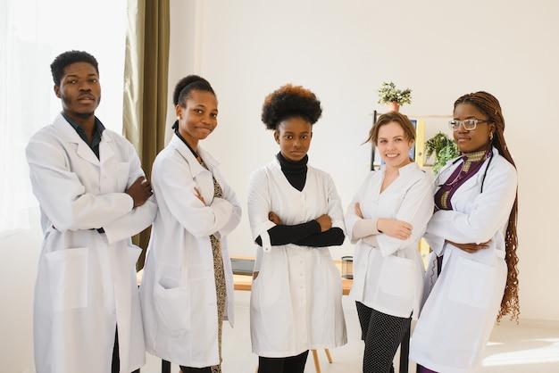 Huisarts en arts en verpleegkundige als afro-amerikaanse medisch team in het ziekenhuis