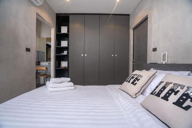 Huisbinnenhuisarchitectuur in slaapkamer van het zolderhuis