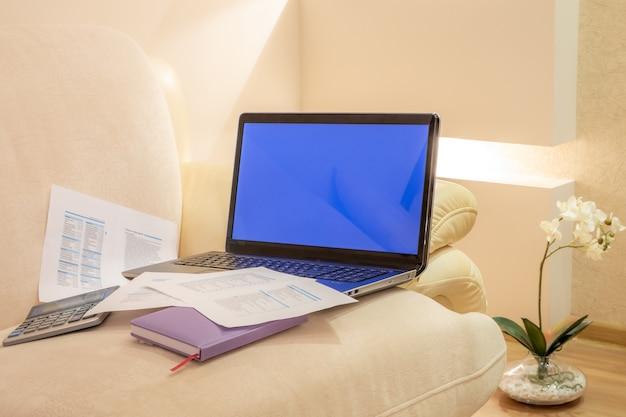 Huisbinnenland met een laptop computer in woonkamer. freelance concept