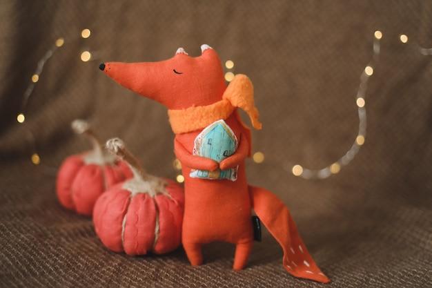 Huisdecor met een grappige speelgoedvos en handgemaakte pompoenen thanksgiving of kerstcadeau