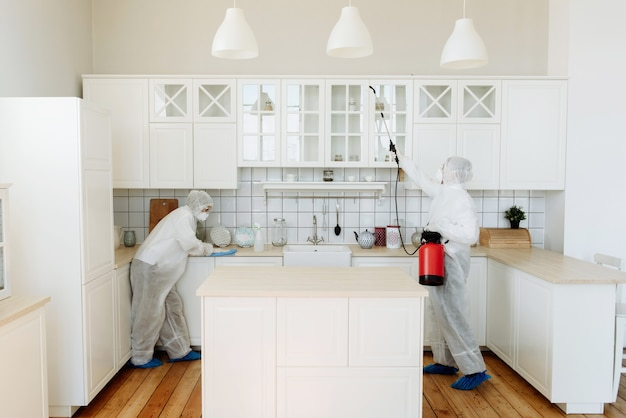 Huisdesinfectie door schoonmaakdienst, oppervlaktebehandeling tegen coronavirus, stoomdesinfectie