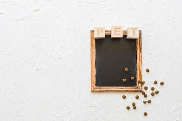 Huisdier schrijven en voedsel op blackboard