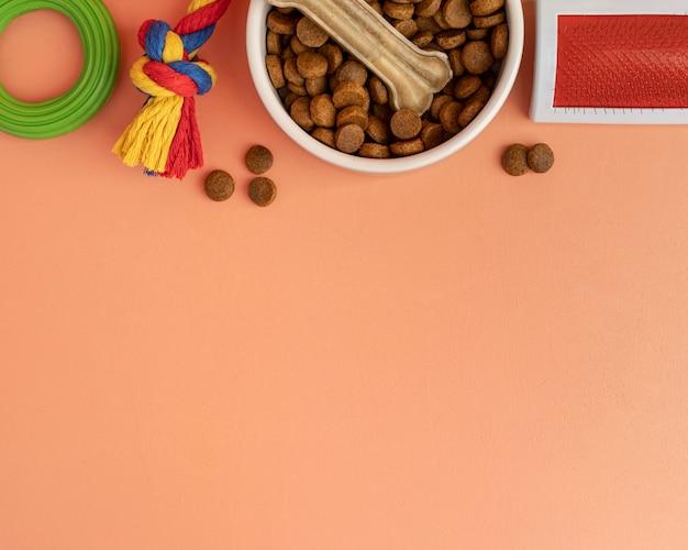 Huisdieraccessoires stilleven concept met kleurrijk speelgoed