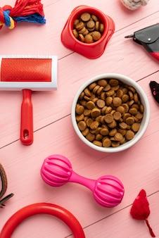 Huisdieraccessoires stilleven concept met voedsel en kauwspeelgoed