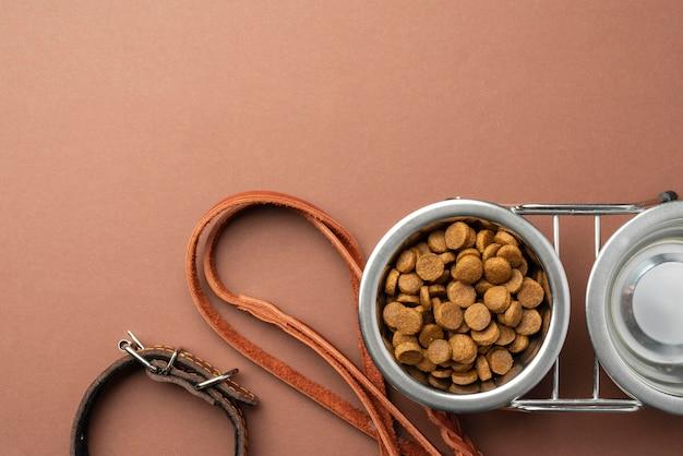Huisdieraccessoires stilleven met droogvoer in kom
