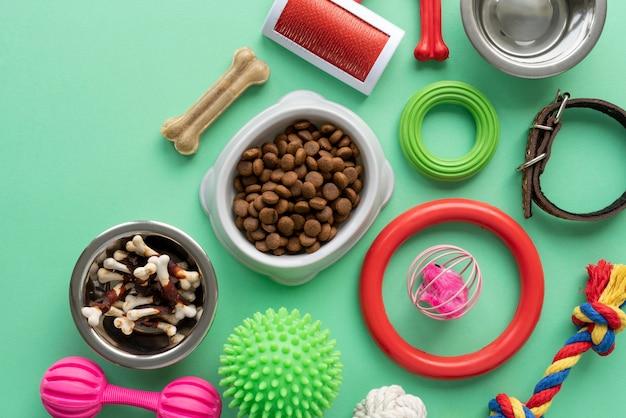 Huisdieraccessoires stilleven met kauwbot en speelgoed