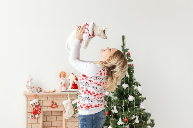 Huisdieren en dier concept - mooie vrouw met grappige puppy jack russell terrier