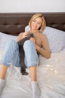 Huisdieren, ochtend, comfort, rust en mensenconcept