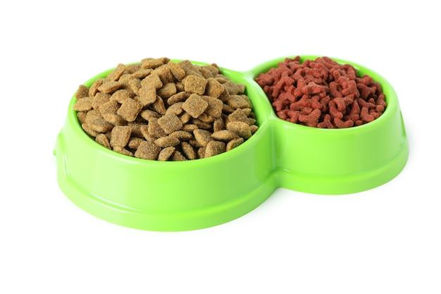 Huisdierenkommen met voer op wit worden geïsoleerd dat