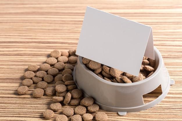 Huisdierenvoedsel op houten vloer
