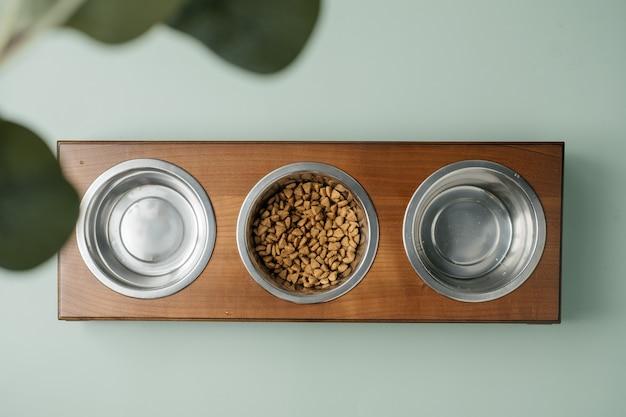 Huisdierschotel op houten tafel rustieke houten schotelstandaard gemaakt van schroot