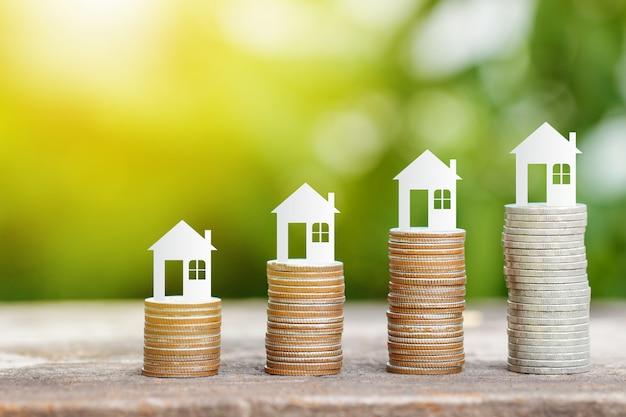 Huisdocument op muntstukkenstapel voor besparing om een huis te kopen