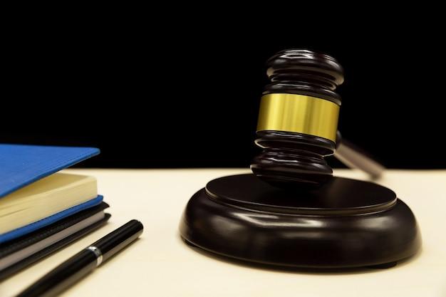 Huiselijk geweld wet op een houten tafel.