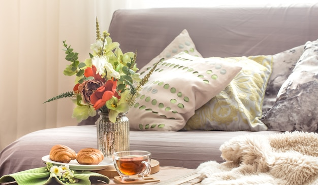 Huiselijke gezellige lente-interieur in de woonkamer