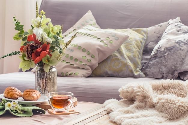 Huiselijke gezellige voorjaarsinterieur in de woonkamer