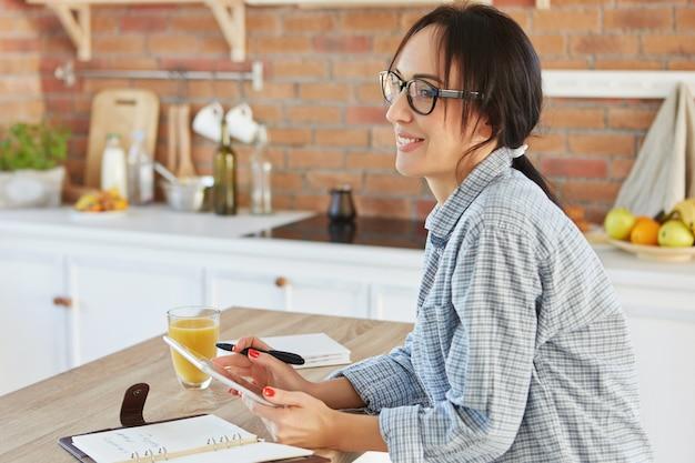 Huiselijke sfeer, technologie en levensstijlconcept. mooie jonge vrouw doet online winkelen