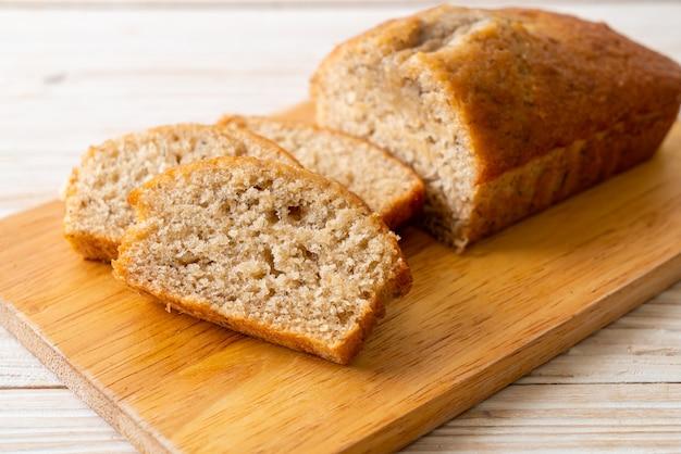 Huisgemaakt bananenbrood of bananencake in plakjes Premium Foto