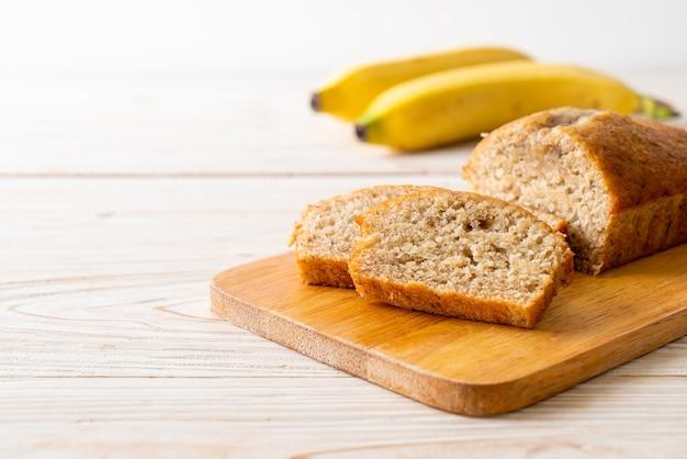 Huisgemaakt bananenbrood of bananencake in plakjes