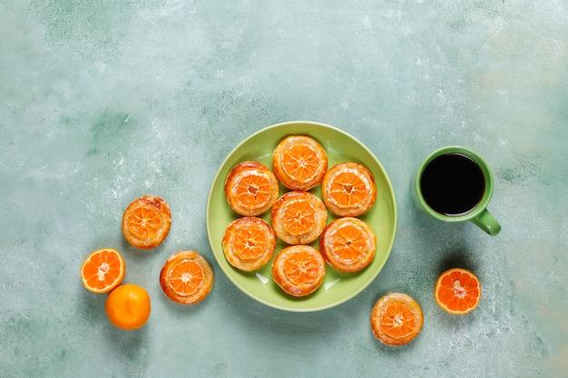 Huisgemaakt bladerdeeg met plakjes mandarijn.