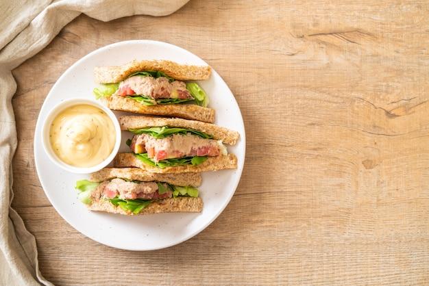 Huisgemaakt broodje tonijn met tomaten en sla