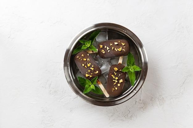 Huisgemaakt chocoladeroomijs met munt- en mangostukjes