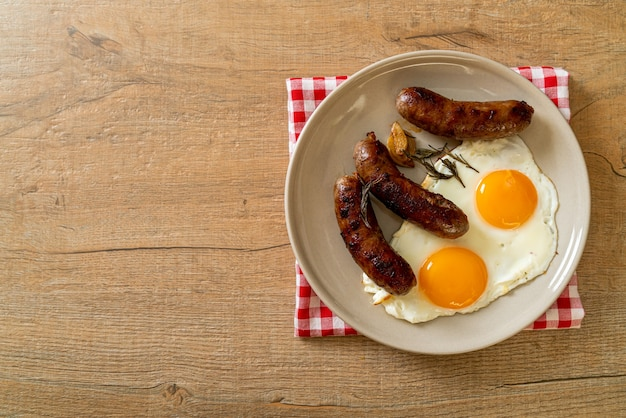 Huisgemaakt dubbel gebakken ei met gebakken varkensworst - als ontbijt