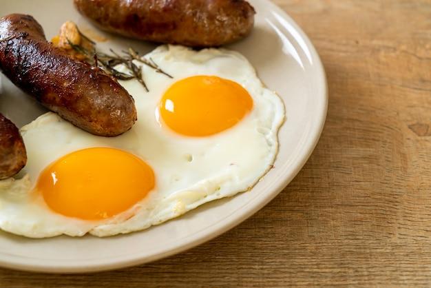 Huisgemaakt dubbel gebakken ei met gebakken varkensworst