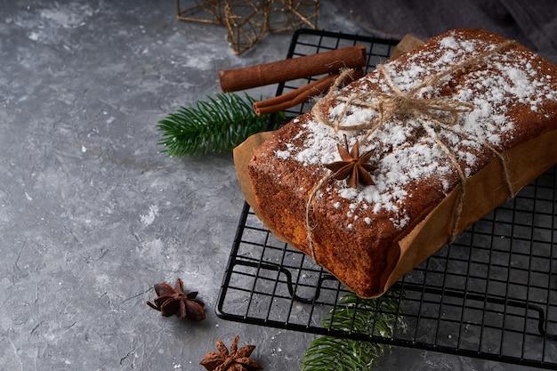 Huisgemaakt engels biscuitgebak, malse worteltaart