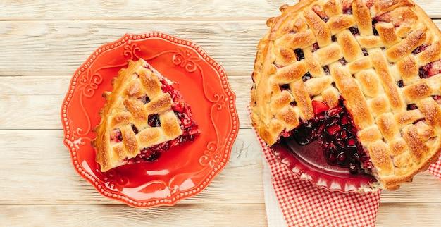 Huisgemaakt gebak met bessen en appel